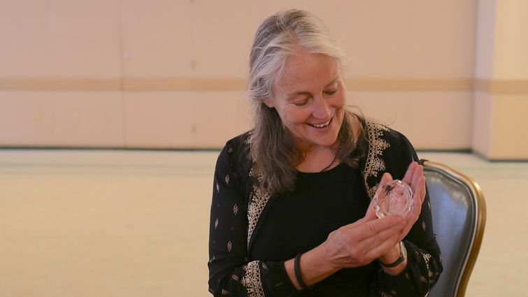 Elisabeth Longo receiving plaque