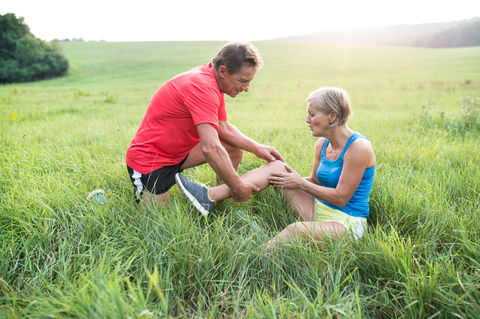 5 ways to navigate chronic knee pain while traveling