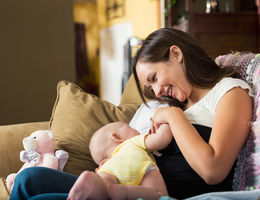 A guide to breastfeeding during the first few weeks