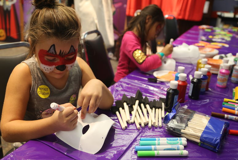 LLUCH patients make masks